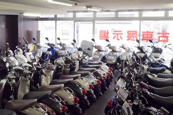 店舗二階には50cc~125ccの中古車も豊富に取り揃えて展示しております!